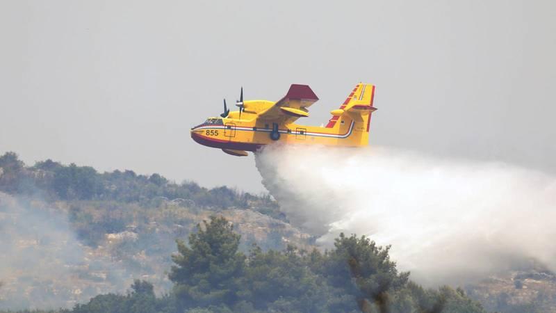 Mosor gori već treći dan: Požar gasi  60 vatrogasaca, dva kanadera i jedan air traktor