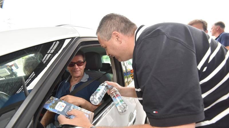 Na granici se čeka satima: HTZ na  prijelazima Rupa, Bregana i Macelj  turistima dijeli vodu...