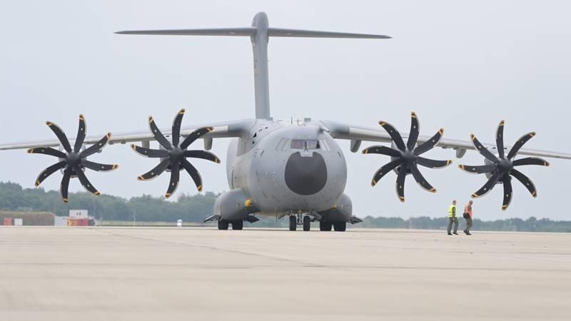 Stotine afganistanskih vojnika za vikend je pobjeglo vojnim zrakoplovima u Uzbekistan