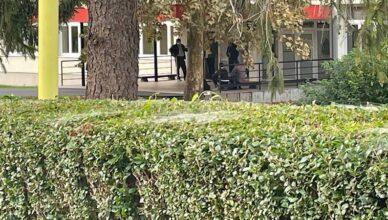 Uživo iz Zagorja: Otac i dalje ne da sinu u školu s maskom, opet zajedno sjede ispred ulaza