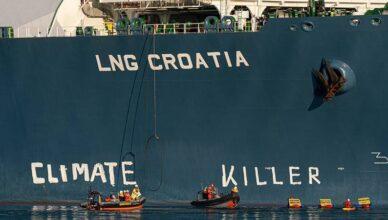 Aktivisti Greenpeacea ispisali  poruku na LNG terminalu na Krku: 'Ubojice klime'