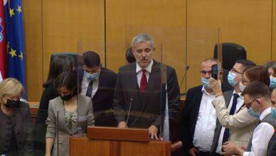 Show oporbe u Saboru, svi stali za govornicu. Miletić: Nikola, brate, pali kameru ne odlazimo!
